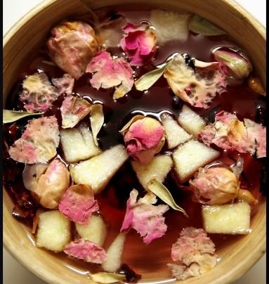 Infusion aux fleurs d'hibiscus et boutons de rose