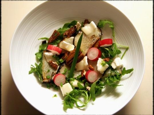 Salade de radis noir poêlé à la figue, au chèvre et au miel