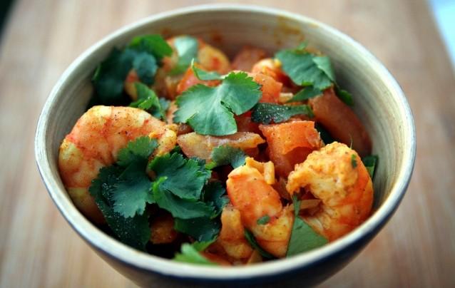 Crevettes épicées à la tomate et coriandre, riz au curcuma