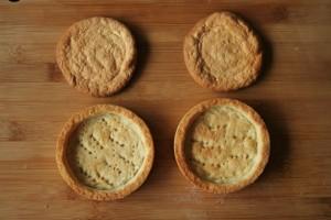 Astuce: mes biscuits ont grossi lors de la cuisson. Après les avoir mouillé avec le sirop, je les ai donc recoupés avec l'emporte-pièce.