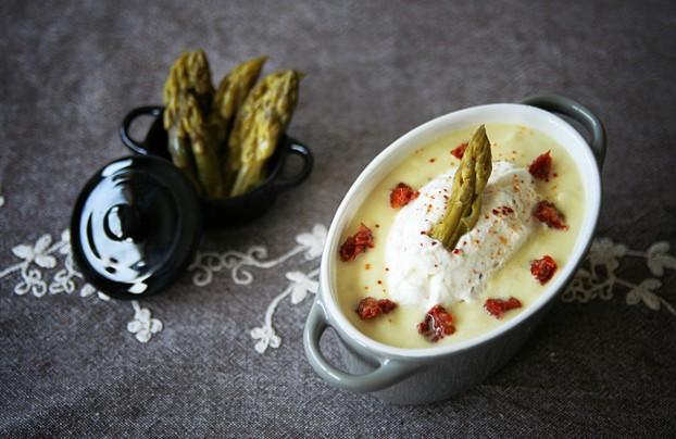 Crème d'asperges aux tomates confites et chantilly noisette-piment d'Espelette