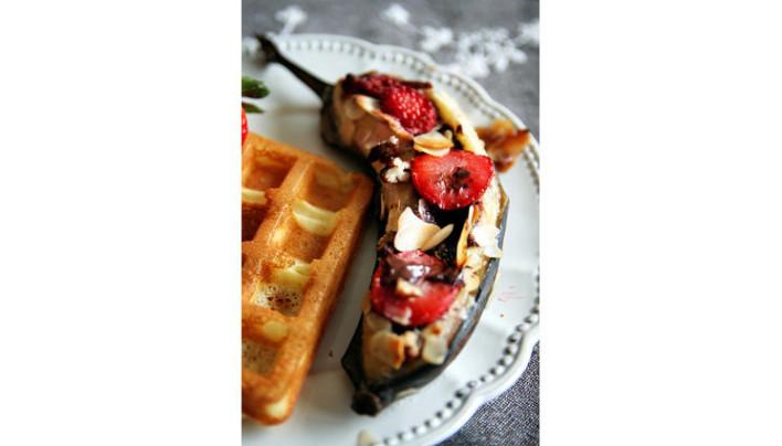 Banane rôtie chocolat-fraises-amandes effilées