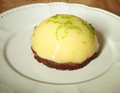 Dôme de lemon curd, coeur coulant à la framboise, meringue française