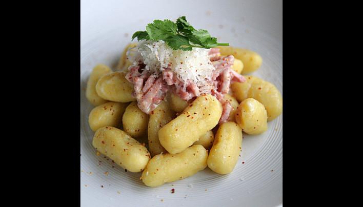 Gnocchi aux pommes de terre, lardons et parmesan