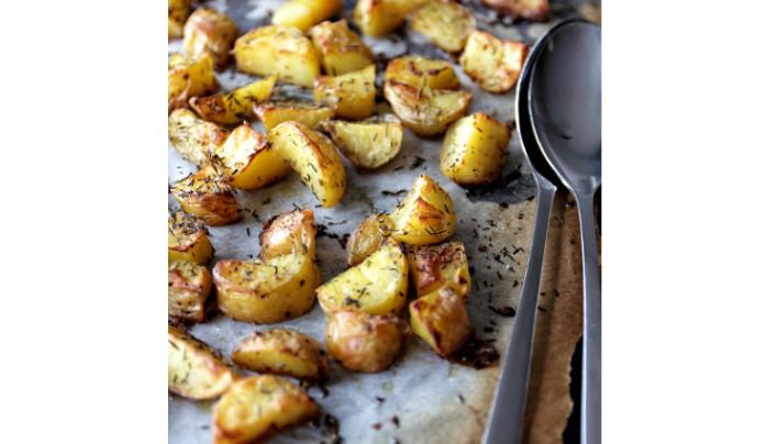 Pommes de terre au four au thym et fleur de sel, sauce au chèvre frais
