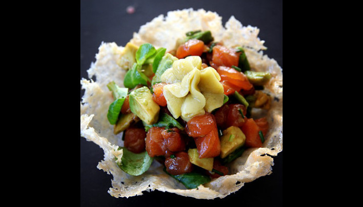 Tartare de saumon au balsamique et quinoa blond dans sa corolle de parmesan
