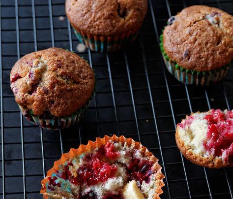 Muffins aux fruits rouges et pépites de chocolat blanc