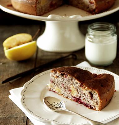 Gâteau au yaourt aux pommes et framboises