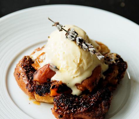 Brioche perdue aux abricots, pointe de miel d'oranger et crème glacée à la lavande