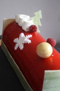 """Bûche """"Les Aiguilles vertes"""". Riz soufflé, mangue-passion, compotée de fraises (ou framboises). Du blog Religieuse et Tarte Catin"""