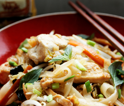 Wok de nouilles aux légumes, poulet et basilic thaï