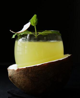 Cocktail d'ananas, citron vert et eau de coco